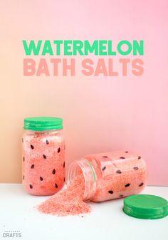 DIY Watermelon Bath Salts Recipe – Consumer Crafts – Summer diy crafts – Home crafts Sugar Scrub Diy, Diy Scrub, Sugar Scrubs, Diy Spa, Diy Crafts For Kids, Fun Crafts, Diy Crafts To Sell, Holiday Crafts, Homemade Gifts