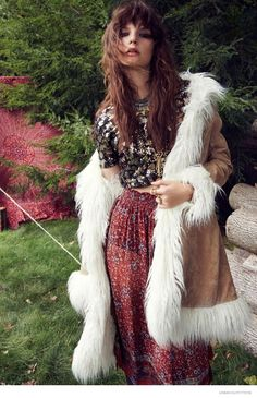 Want to know how to wear the bohemian look? We have some tips in our fashion guide. From dresses to accessories and pants, discover bohemian style ideas… Hippie Style, Hippie Mode, Bohemian Style Clothing, Mode Boho, Gypsy Style, Boho Gypsy, Bohemian Fashion, Hippie Vibes, Bohemian Jewelry