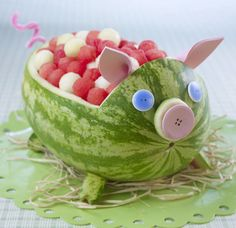 Watermelon carving - pig for farm party Watermelon Pig, Watermelon Decor, Carved Watermelon, Watermelon Animals, Watermelon Ideas, Watermelon Carving Easy, Watermelon Baby Carriage, Watermelon Basket