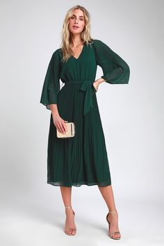 Flirty and Thriving Dark Green Pleated Midi Dress : Live your very best life in the Lulus Flirty and Thriving Dark Green Pleated Midi Dress! Chic pleated midi dress with sheer kimono sleeves. Green Formal Dresses, Green Dress Casual, Emerald Green Dresses, Green Midi Dress, Pleated Midi Dress, Modest Dresses, Stylish Dresses, Elegant Dresses, Dresses For Sale