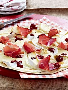 Tarte flambée with camembert and cranberry recipe DELICIOUS - Flammkuchen - die besten Rezepte - Gesunde Snacks Strawberry Cheesecake Recipe Easy, Cheesecake Factory Recipe Chicken, Sour Cream Cheesecake, Mini Cheesecake Recipes, Homemade Cheesecake, Cheesecake Bites, Homemade Burgers, Cranberry Recipes, Easter Recipes