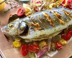 Εύκολο, ολόκληρο ψάρι ψητό στο φούρνο με μυρωδικά και σάλτσα ταχίνι Tahini Sauce, Veggies, Fish, Meat, Recipes, Drink, Tahini Dressing, Beverage, Vegetable Recipes