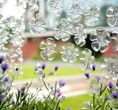 ideia-reciclagem-decoracao  Flores com fundo de garrafa pet.
