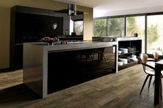 isla con estantes abiertos en la cocina moderna negra