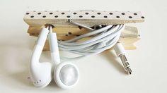 Des pinces à linge pour ses écouteurs Dites adieu à la boîte où tous les écouteurs s'emmêlent ! Avec deux pinces à linge customisées au marqueur et une pointe de colle, vous pourrez ranger et organiser tous les écouteurs de votre famille.