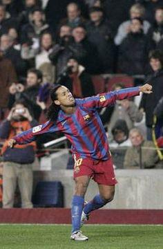 Mucho sufrimiento  Ronaldinho siempre es un show: ofreció su premio y marcó un gol Real Madrid, Thing 1, Style, Fashion, Door Prizes, Athlete, Swag, Moda, Fashion Styles