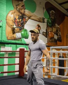 Wow what a great mural in the back in the gym Conor Mcgregor is training in. I always try to root for the American but there's times you just go with your heart and I want Mcgregor to get this knockout. Conor Mcgregor, Latest Instagram, Instagram Fashion, Mc Gregor Vs Mayweather, Combat Boxe, Mma Fighting, Floyd Mayweather, Tough Guy