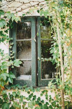 Bao lâu rồi mình vẫn tự vấn, mình còn níu lại căn phòng nhỏ kẹp giữa gác ba lửng lơ cùng hai cửa sổ cũ nhìn ra khoảng rộng mát của cây xoài lớn nhỉ? Green Cottage Window