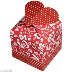 Suivez ce tuto original pour créer une petite boîte cadeau en papier scrap en forme de cube surmontée d'un coeur. Cette jolie boite sera idéale pour emballer vos cadeaux de fête des mères !