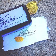 El mismo LAURENISH impresionante diseño - sellos de ed pero ahora sin el desorden ocasional de almohadillas de sellos  El tamaño estándar es 2 X1.125 pero otros tamaños están disponibles, sólo me mensaje para detalles  Asegúrese de escribir su dirección de nombre (s) en la nota con la orden y quisiera saber si usted prefiere la tinta negra, roja, azul, verde o morada  Bueno para 10.000 impresiones antes de que necesite ser volver a entintar!!!!!!  El precio incluye envío