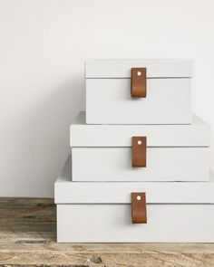 Recycle your shoe boxes into beautiful storage with leather details. Step by step tutorial with pictures. In Swedish. Recycling, Diy Recycle, Shoe Box Storage, Diy Storage, Diy Pour La Rentrée, Bubble Wrap Crafts, Diy Bureau, Shake, Carton Diy