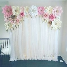 Paper flower backdrop with fairy lights. Perfect for a bridal shower, birthday, or baby shower. #decoracionbabyshower