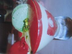 Mousse de pistache coulis fraises et macaron