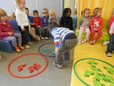 Begeleide of zelfstandige activiteit - Auto'sorteren Transportation Activities, Motor Activities, Nursery Activities, Toddler Activities, Sorting Colors, Material Didático, K Crafts, Nursery School, School Themes