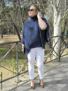 Jersey Poncho Oxygene  & Jeans Blanco Violeta By Mango. CURVY Girl· Trendy Curvy - Plus Size Fashion Blog Trendy Curvy LOOKS CASUALS. www.loslooksdemiarmario-com#loslooksdemiarmario #winter #outfitcurvy #invierno #look #lookcasual #lookschic #tallagrande #curvy #plussize #curve #fashion #blogger #madrid #bloggercurvy #personalshopper #curvygirl #oxygene #lookinvierno #lookjeans #violetabymango #poncho #azulmarino #jeanblanco #chic #blanco #blancoyazulmarino #horoscopo2016