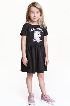 Sweatshirt dress: Short-sleeved dress in light, printed sweatshirt fabric with a gathered seam at the waist, bell-shaped skirt and sewn-in turn-ups on the sleeves. Lightly brushed inside.