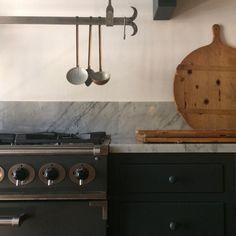 Cucina in stile Shaker Pleasant Hill, pitturata a mano con smalti eggshell, cassetti 'pillow', pomelli legno tornito, appendi-tutto 'peg rail', gruppo cottura freestanding Falcon Professional Series