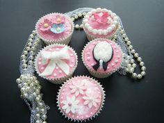 Binnenkort is het weer Moederdag. Deze speciale dag kun je extra bijzonder maken met mooie Moederdag cupcakes. Zondag 12 mei is het weer de dag waarop moed