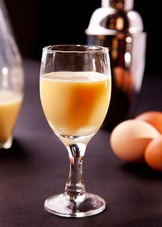 Nejlepší domácí likéry pro návštěvu - Proženy White Wine, Alcoholic Drinks, Glass, Gardening, Drinkware, Corning Glass, Lawn And Garden, White Wines, Liquor Drinks