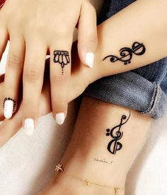 Music tattoo in henna - Tattoo MAG Simple Mehndi Designs Fingers, Henna Designs Arm, Henna Tattoo Designs Simple, Indian Henna Designs, Modern Mehndi Designs, Mehndi Design Photos, Music Tattoo Designs, Beautiful Henna Designs, Latest Mehndi Designs