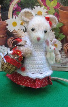 Artist mouse Poppy Darling handmade little by dollsandbunnies