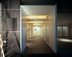 スタイリッシュなエントランス(『Liverty Misasa』狭小地に建つデザイナーズマンション)- 玄関事例 SUVACO(スバコ)