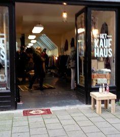 Er zit een pop-up store in de Westerstraat (Amsterdam) genaamd het Kaufhaus. Ik kreeg hem getipt van een collega. Wat een geweldige winkel is dat! Voordat ik er binnenliep dacht ik nog, waarschijnlijk is alles heel duur, maar niets bleek minder waar! Supermooie kleding voor een goed prijsje, denk aan leren jasjes voor twintig euro, vesten voor vijftien en bontjassen voor twintig. Zo fijn!