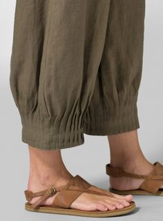 Soft, lightweight linen pants in a relaxed fit set for hanging or lounging with friends in style.Love the pleat detail on these cuffsInteresting and beautiful detailVivid Linen discover a new world of comfort and style in linen clothing. Fashion Pants, Boho Fashion, Salwar Pants, Estilo Hippy, Sewing Pants, Salwar Designs, Techniques Couture, Fashion Details, Fashion Design