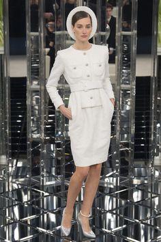 Começando com o look básico para o dia a dia no trabalho: tailleur/vestido com cinto da Chanel
