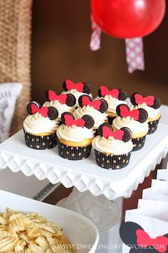 10 Minnie Mouse Birthday Party Ideas on Love the Day A collection of the web's best Minnie Mouse Birthday Party Ideas, including a Minnie Mouse cake, cupcakes, cakepops and an adorable Minnie Mouse headband. Bolo Da Minnie Mouse, Minnie Mouse Birthday Cakes, Minnie Mouse Theme, Minnie Mouse Baby Shower, Mickey Party, Mickey Mouse Birthday, Minnie Cupcakes, Mini Mouse Cupcakes, Oreo Cupcakes
