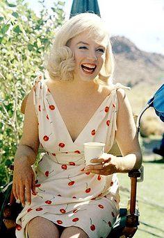 Marilyn Monroe in her Cherry Dress on the set of The Misfits, Estilo Marilyn Monroe, Fotos Marilyn Monroe, Marilyn Monroe Outfits, Marylin Monroe Style, Marilyn Monroe Artwork, Divas, Estilo Pin Up, Ellen Von Unwerth, Annie Leibovitz