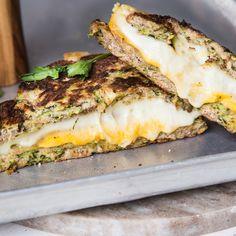 Grilled Cheese Sandwich mit wenig Kohlenhydraten? Zucchini macht's möglich. Mit Kokosmehl, Ei und Mandeln wird sie zum Low-Carb-Toast für deinen Käse.