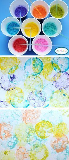 Faire des bulles sur du papier à l'aide de paille et de savon à bulle avec du colorant et/ou de la peinture