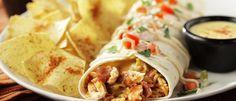 Πίτα αλευριού με μίγμα από κοτόπουλο με Spicy Tomato sauce, κρεμμύδια, μπέικον, ισπανικό ρύζι, τυρί Colby και pico de gallo. Γαρνίρεται με Sriracha sour cream και κολίανδρο.