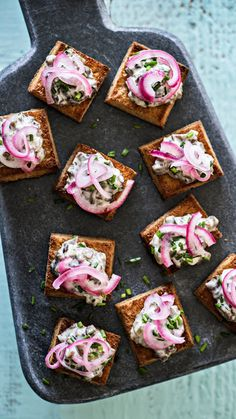 Mushroom salad toasts with pickled onions Bite Size Appetizers, Quick Appetizers, Vegetarian Appetizers, Finger Food Appetizers, Appetizers For Party, Finger Foods, Appetizer Recipes, Appetizer Ideas, Veggie Recipes