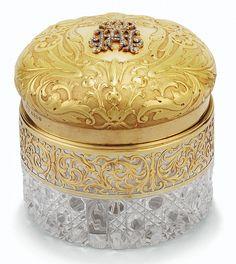 A JEWELLED 18CT GOLD AND CUT GLASS TOILET BOX, NORMAN MARSHALL, LONDON , 1913<br> le couvercle en or dévissable orné du chiffre couronné de Abbas II Hilmi Bey, dernier khédive d'Egypte et du Soudan, en diamants taillés en rose, le fond à décor ...