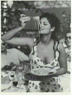 So this is how you eat pasta! Happy Birthday to Italian Tunisian actress Claudia Cardinale (born on the of April in Claudia Cardinale, Italian Beauty, Italian Style, Classic Italian, Foto Glamour, Italian Girls, Monica Bellucci, Black And White Photography, Black White Photos