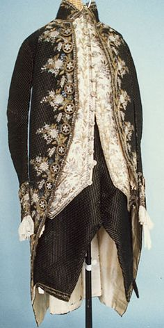 """Costume homme XVIII ème siècle se compose d'une veste ou """"habit"""" (appelé """"justaucorps"""" au XVIIe siècle), d'un gilet qui est la pièce d'apparat la plus importante et d'une culotte. En dessous, une chemise blanche, une jabot et des bas de soie."""
