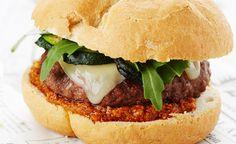 Cheeseburgers met gegrilde courgette, grana padano ( of parmezaanse kaas) en tomatentapenade