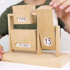 Good DIY idea to make an original and reusable calendar at home. - DIY Deco et Bricolage ⚒ - Home Crafts, Fun Crafts, Diy Home Decor, Diy And Crafts, Nature Crafts, Creative Crafts, Room Decor, Creative Ideas, Wood Projects