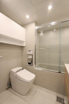 안녕하세요. 홍예디자인입니다~ 오늘 새벽부터 비가 오기 시작해 토요일까지 비 소식이 있는데요! 잊지 말... Bathroom Inspiration, Interior Inspiration, Bathroom Ideas, Washroom, Home Deco, My House, Toilet, Sweet Home, Bathtub