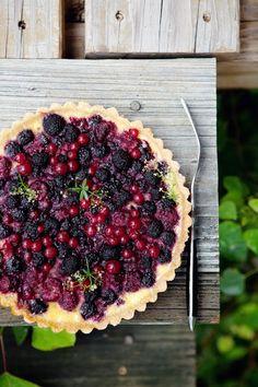 Tarta de frutos rojos: masa de tarta cocida, frutas, yogurth. Tan simple como eso y súper fresca!
