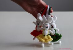 Very cute Knit Easter Bunny designed by cvetulka firefly knits! Find the free Easter bunny pattern: link Animal Knitting Patterns, Dishcloth Knitting Patterns, Christmas Knitting Patterns, Free Knitting, Knitted Bunnies, Crochet Bunny, Knitted Animals, Free Rabbits, Bunny Rabbits