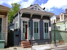 simple beautiful one story house built during great depression New Orleans Apartment, New Orleans Homes, New Orleans Architecture, Southern Architecture, Tiny House Exterior, Exterior House Colors, Exterior Paint, Style At Home, Shotgun House Interior