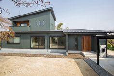 【外観】 外壁はモスグリーンのガルバリウム鋼板と木質系外壁(レッドシダー羽目板)の組み合わせが相性が良く、落ち着きのある、ナチュラルモダンスタイル。広い敷地を贅沢に活かしたゆとりのある佇まいに、屋根は片流れを採用し、シャープで迫力がある印象になりました。 Interior And Exterior, Interior Design, Concrete, House Design, Architecture, Garden, Outdoor Decor, Image, Home Decor