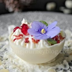 White chocolate ball recipe is perfect for holiday party. Delicious snowballs with a surprise inside. Christmas Desserts Easy, Winter Desserts, Simple Christmas, Chocolate Balls Recipe, No Cook Desserts, Bake Sale, Desert Recipes, White Chocolate, Holiday Parties
