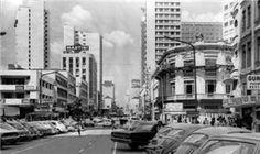 """Na sexta-feira, dia 19 de maio de 1972, quando os relógios marcaram 18 horas, as correntes que já fechavam alguns trechos da Rua XV de Novembro para o tráfego foram reabertas. Em vez de automóveis, dezenas de operários deram início às obras do calçadão que traria de volta a alcunha imperial """"Rua das Flores"""" à via mais famosa de Curitiba."""