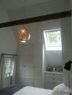 Wandkast / inbouwkast tegen schuine wand met ikea deuren en (keuken)ladekast Dream Bedroom, Built Ins, Loft, Ceiling Lights, Robin, Ikea, Diy, Design, Home Decor