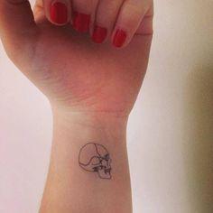 26 Temporary Tattoos Perfect For Every Commitment-Phobe Tiny Skull Tattoos, Feminine Skull Tattoos, Tatto Skull, Small Skull Tattoo, M Tattoos, Spooky Tattoos, Skeleton Tattoos, Simplistic Tattoos, Skull Tattoo Design