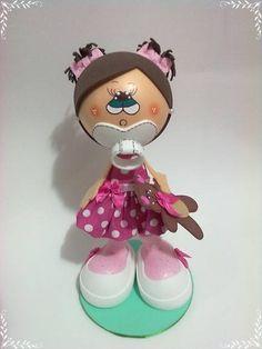 Boneca feita em EVA, mede 25cm de altura. Detalhes em tecido e botões.